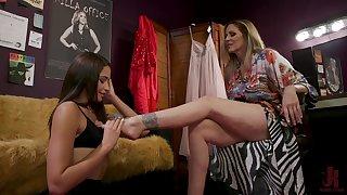 Avi Love gets imitation up lick Julia Ann's feet and pussy